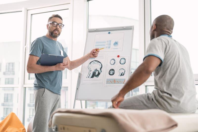 Говорить терапевта умного профессионала стоковое изображение rf