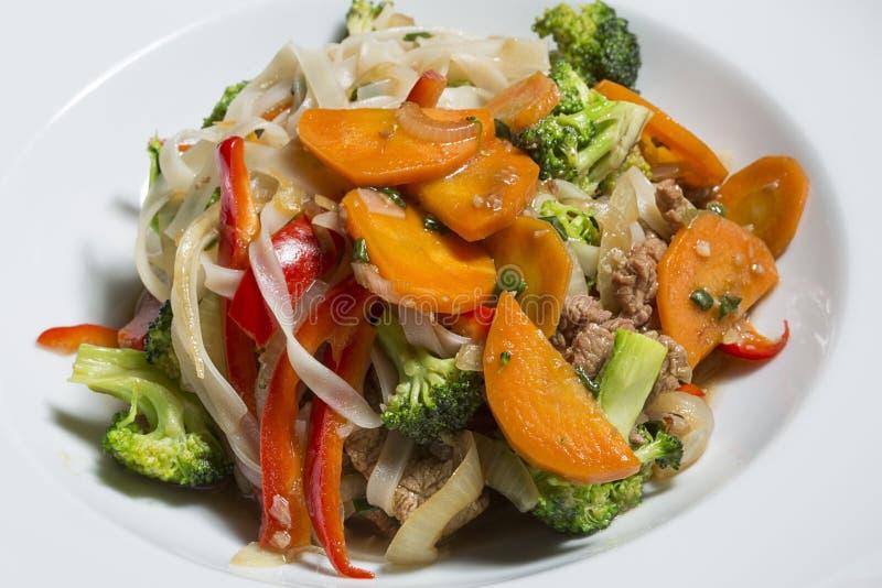 Говядина и овощ фрая Stir с лапшами стоковое изображение