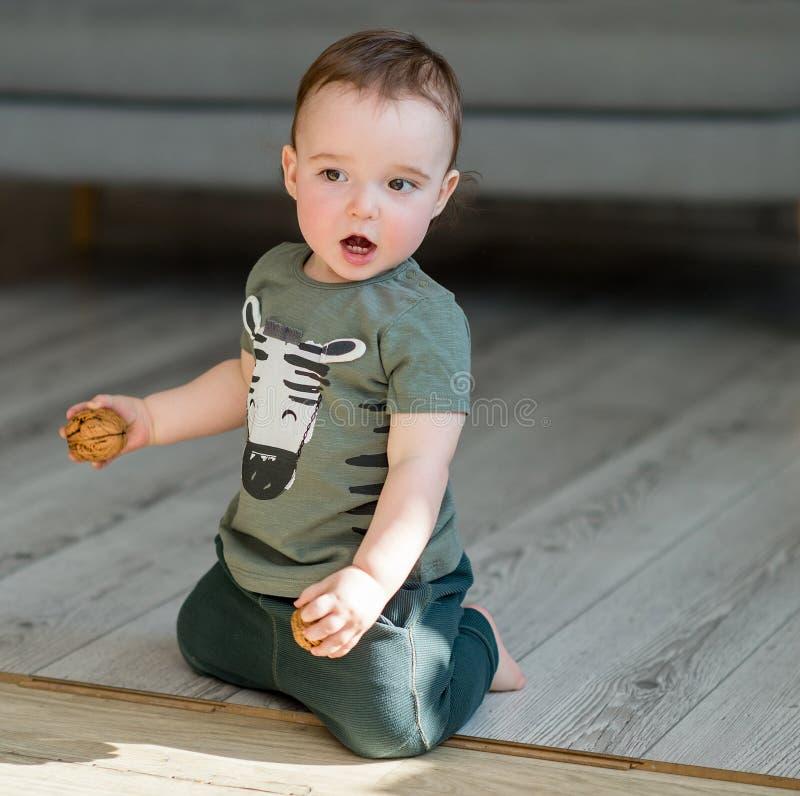 Годовалый мальчик встает на колени стоковые фотографии rf