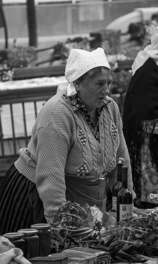 Годовщина городка Samobor с пожилыми женщинами продавая традиционную еду стоковое фото rf