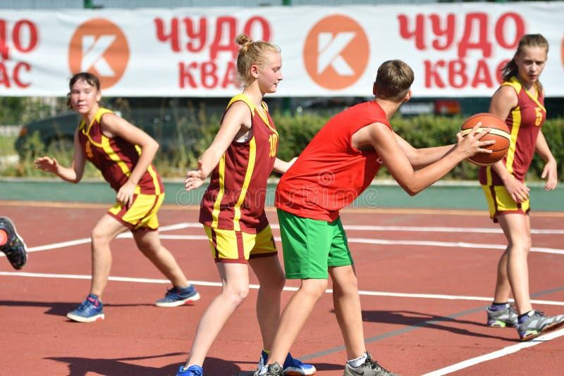 Год Оренбурга, России - 30-ое июля 2017: Баскетбол улицы игры девушек и мальчиков стоковые изображения rf