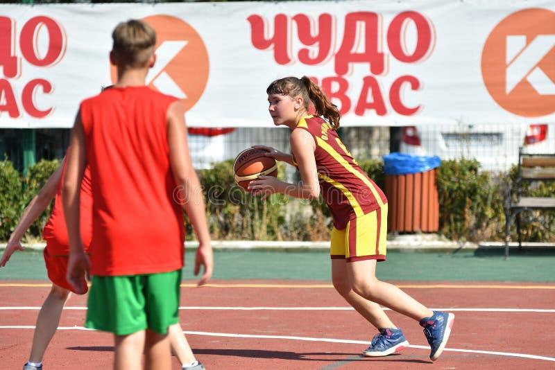 Год Оренбурга, России - 30-ое июля 2017: Баскетбол улицы игры девушек и мальчиков стоковое фото