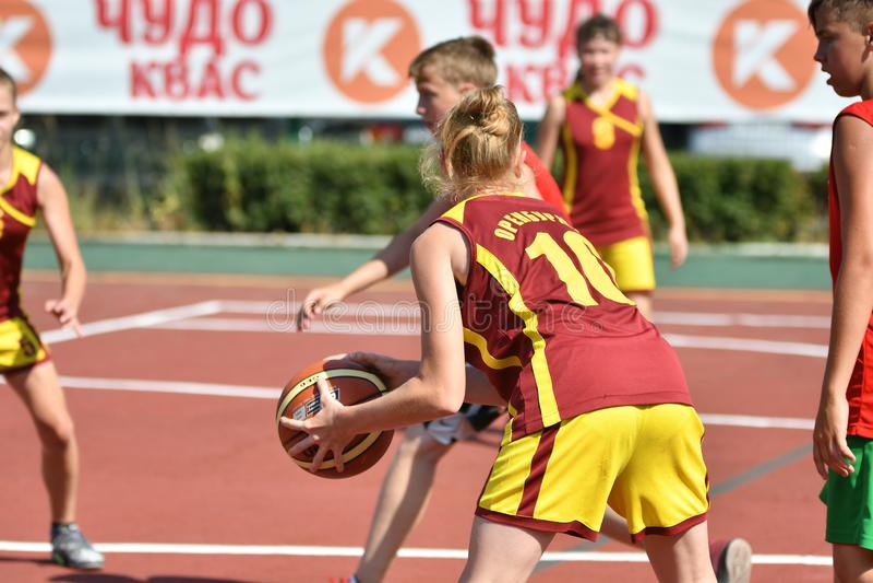 Год Оренбурга, России - 30-ое июля 2017: Баскетбол улицы игры девушек и мальчиков стоковое фото rf