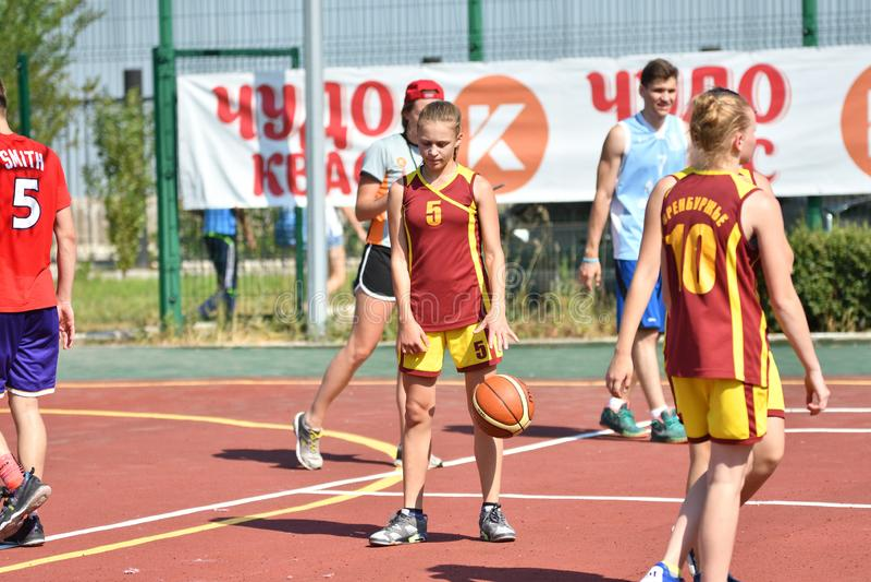 Год Оренбурга, России - 30-ое июля 2017: Баскетбол улицы игры девушек и мальчиков стоковые фото