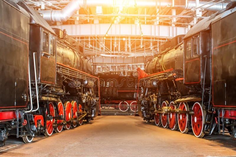 Год сбора винограда пара нескольких локомотивов старый железнодорожное депо на ремонтном службе ремонта стоковое фото rf