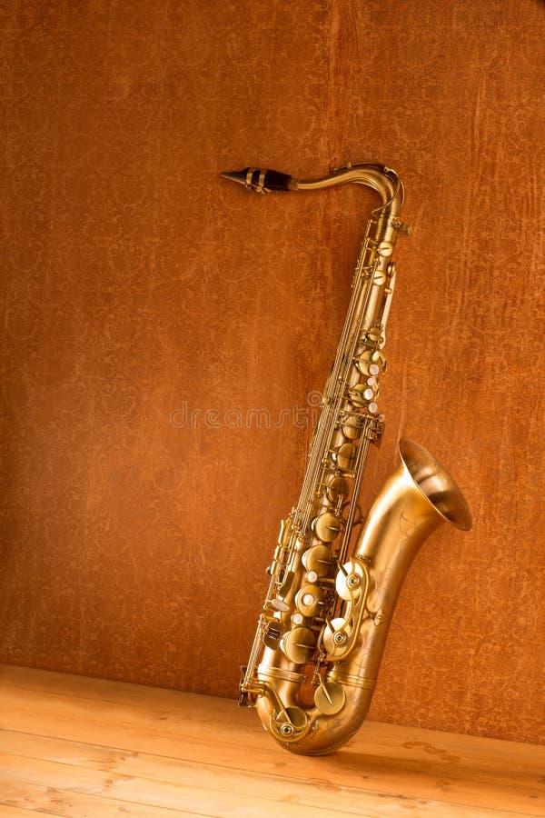 Год сбора винограда саксофона тенора саксофона золотистое ретро стоковое изображение rf