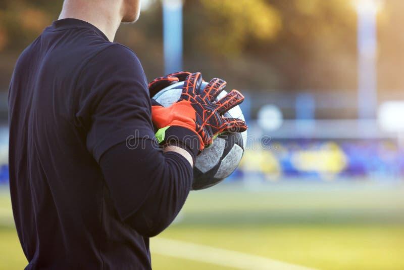 Голкипер в красных перчатках стоковое фото rf