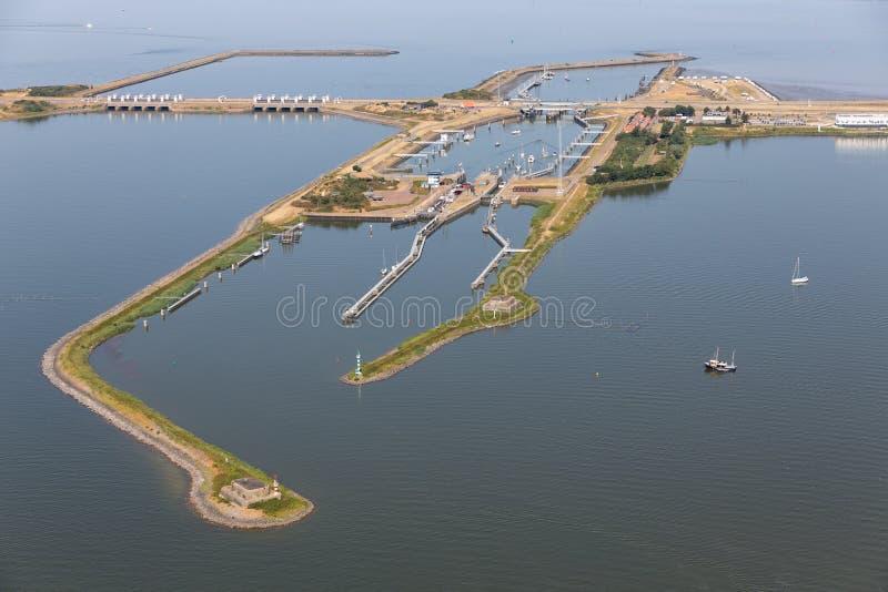 Голландец вида с воздуха шлюзует Kornwerderzand между IJsselmeer и морем Wadden стоковые фото