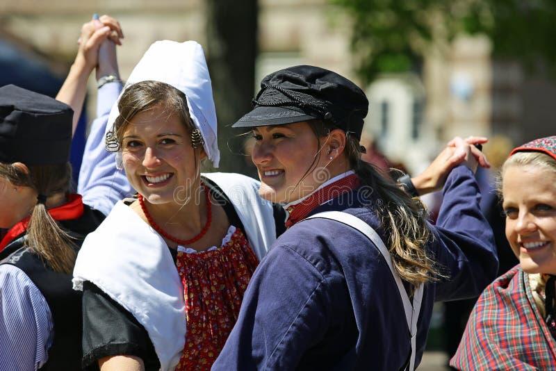 Голландия, Мичиган, США, май 2017: Голландские танцы на улицах Голландии Мичигана во время времени тюльпана стоковая фотография rf