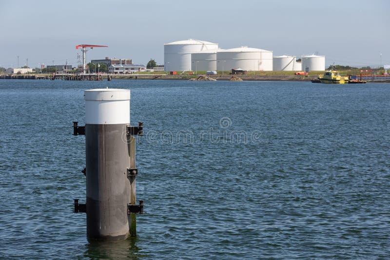 Голландская гавань Vlissingen со стальными палом и баками для хранения топлива стоковое фото rf