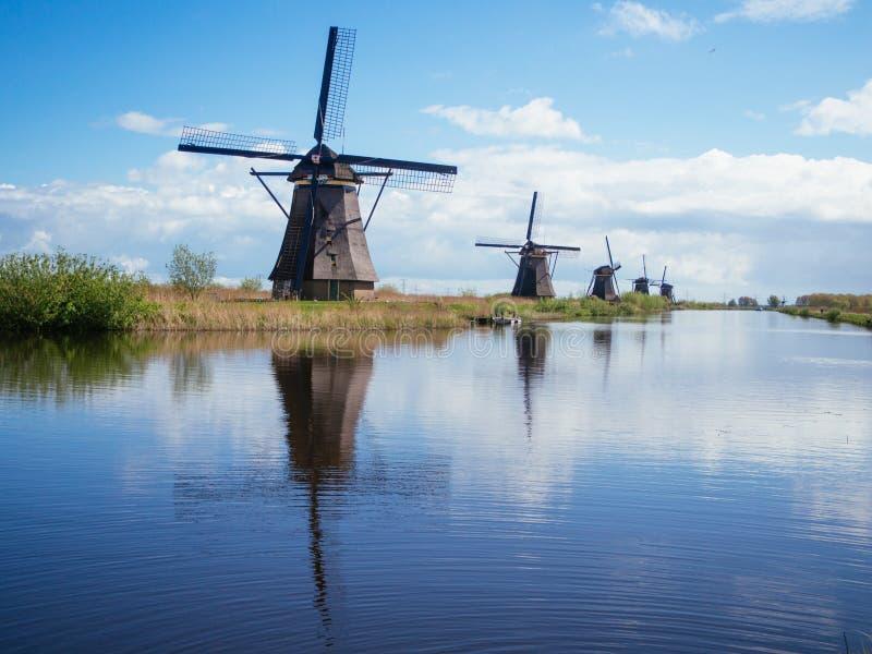 Голландские ветрянки над каналом в Голландии стоковые изображения rf