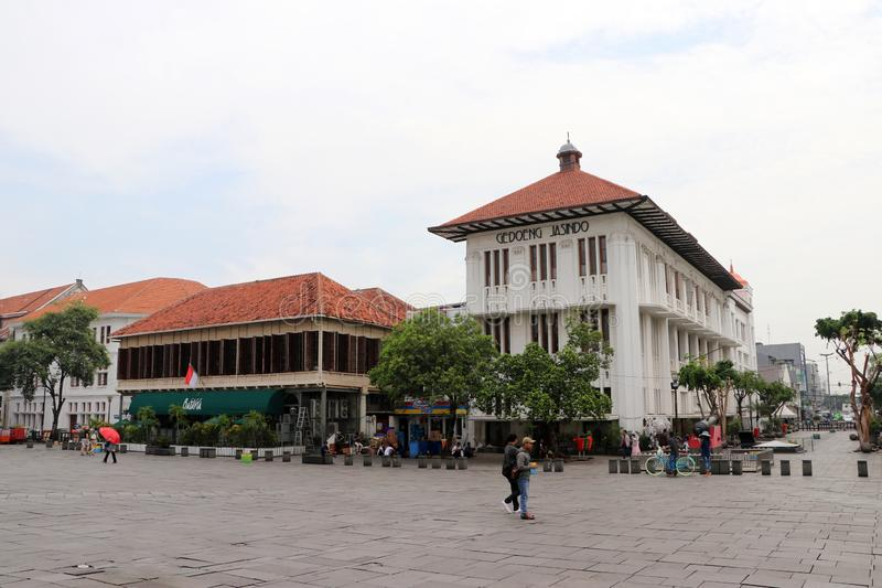 Голландские колониальные здание и locals идут через квадрат Fatahillah в старом городке, Джакарте стоковое изображение rf
