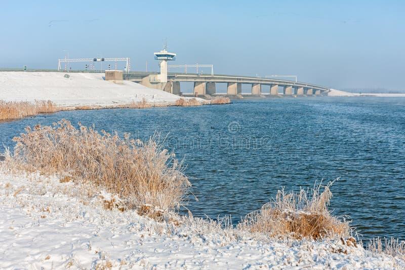 Голландский ландшафт зимы с снегом и большим конкретным мостом стоковые изображения