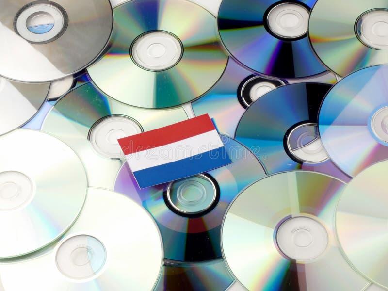 Голландцы сигнализируют na górze кучи КОМПАКТНОГО ДИСКА и DVD изолированной на белизне стоковое изображение rf