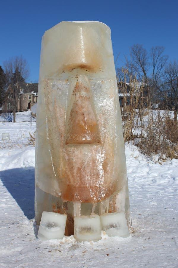 Голова острова Пасхи, сделанная из льда на замороженном озере стоковое изображение
