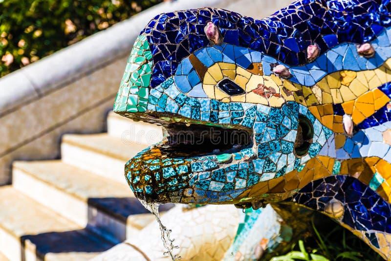 Голова пестротканого ` El Drac ` саламандра мозаики - припаркуйте Guell, Барселону, Каталонию, Испанию стоковое фото
