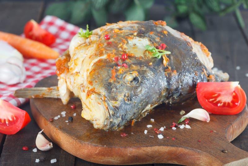 Голова рыб карпа сварила и послужила с овощами стоковые фотографии rf