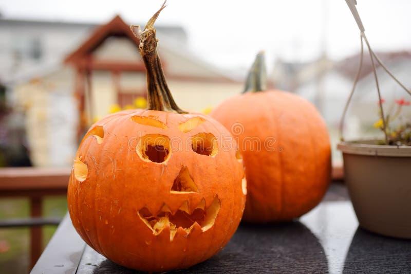 Голова тыквы хеллоуина поднимает фонарик домкратом Высекать стоковое фото