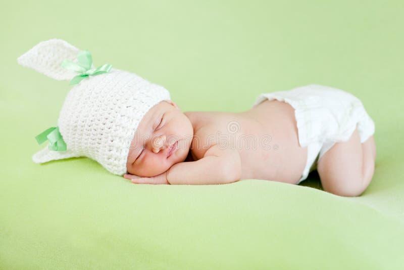головка крышки зайчика младенца смешная ее newborn спать стоковая фотография rf