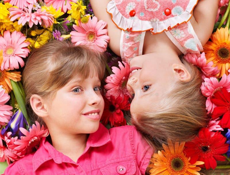 головка цветка ребенка милая лежа к стоковое изображение rf