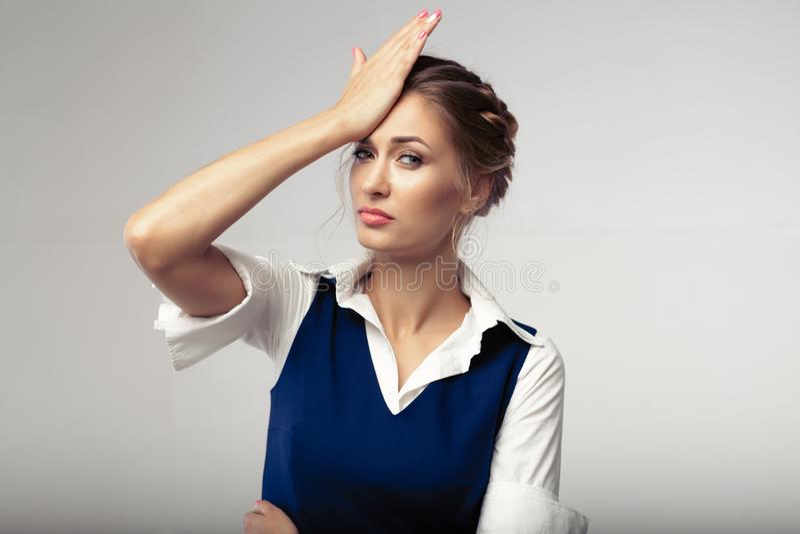 Головная боль женщины не суменная для того чтобы осадить дело стоковые фото