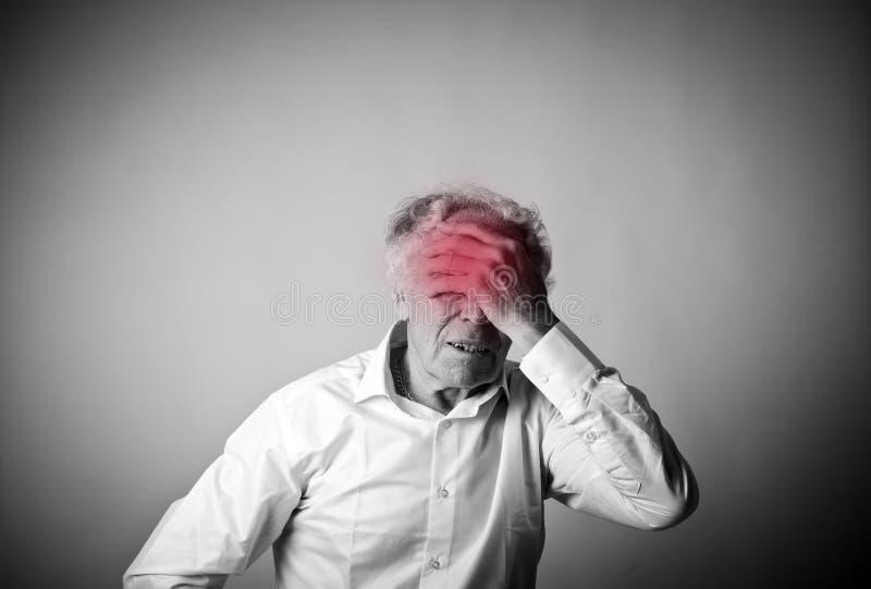 Головная боль Старик и ход стоковые фото