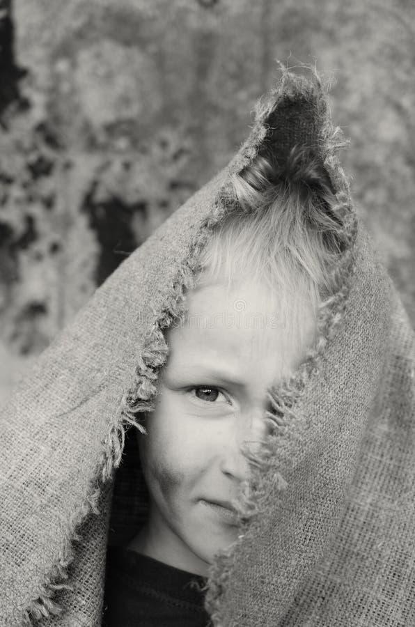 Головной портрет бедного мальчика Голова в дерюге взволнованности стоковая фотография rf