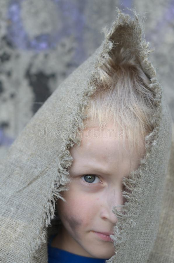 Головной портрет бедного мальчика Голова в дерюге взволнованности стоковое фото rf