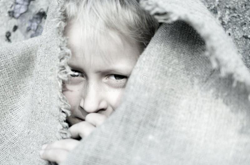 Головной портрет бедного мальчика Голова в дерюге взволнованности стоковое изображение