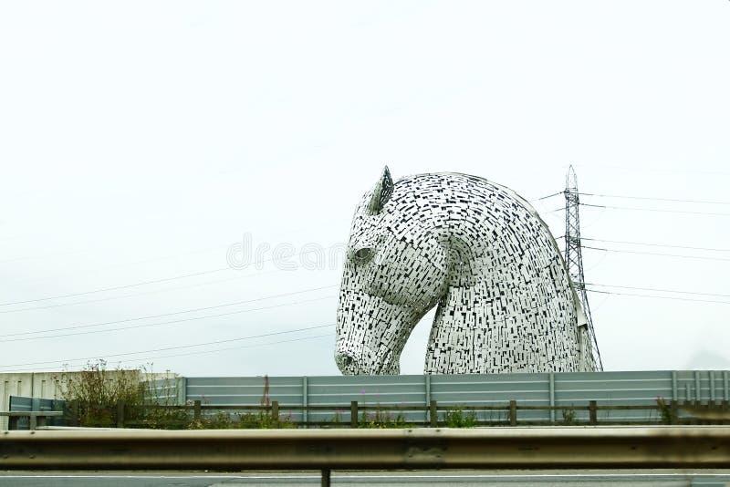 Головы лошади видимые издалека, кэльпи около Falkirk в Шотландии, Великобритании стоковое изображение