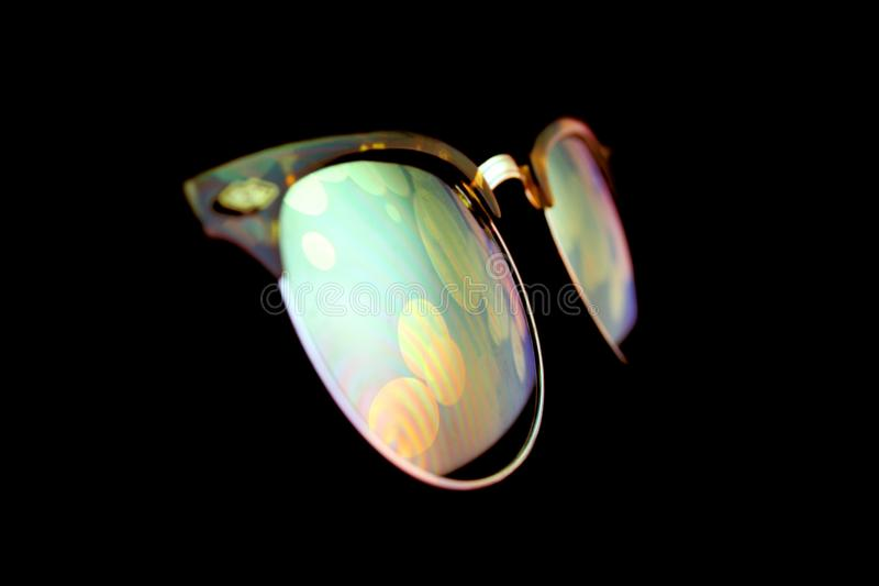 Голографическое отражение экрана на солнечных очках в ночи стоковые фото