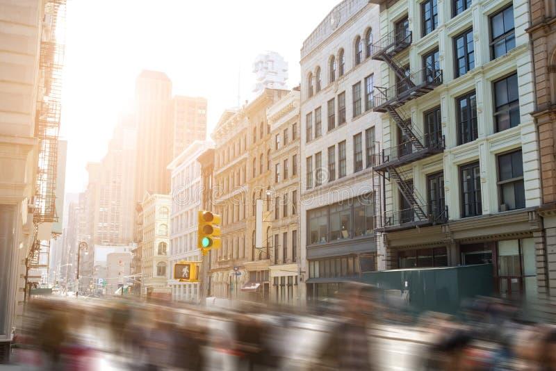 Голодает шагнутая нерезкость движения людей идя вниз с Бродвей Нью-Йорка стоковые изображения rf