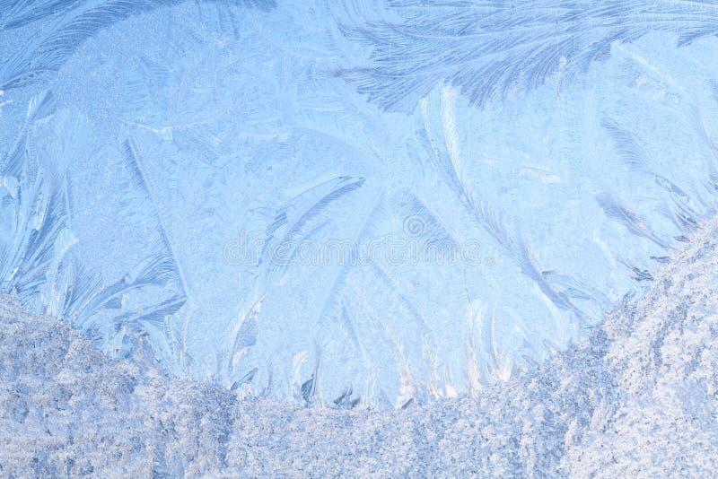 Гололедь на замороженном стекле окна стоковые изображения