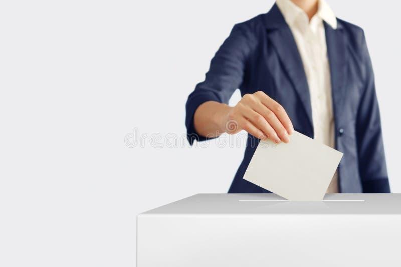 Голосование Женщина кладя голосование в голосуя коробку стоковые фотографии rf