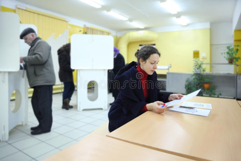 Голосования людей бросая на избраниях к Государственной Думе стоковые фотографии rf