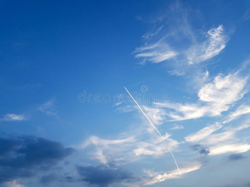 голубая белизна неба облака стоковая фотография rf