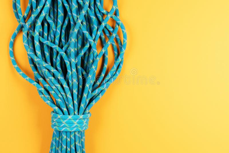 Голубая веревочка на желтой предпосылке стоковое изображение
