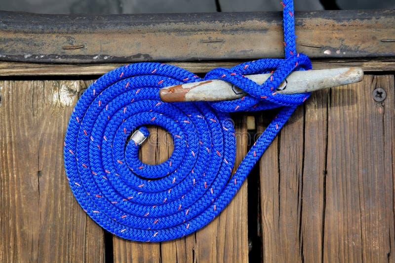 голубая веревочка шлюпки стоковая фотография