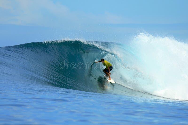 голубая волна серфера riding mentawai Индонесии стоковые фотографии rf