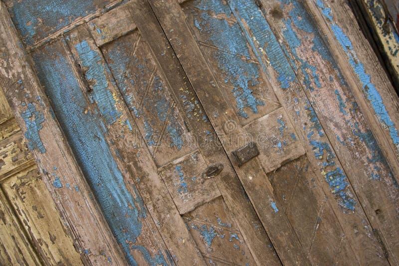 голубая дверь выдержала стоковая фотография rf