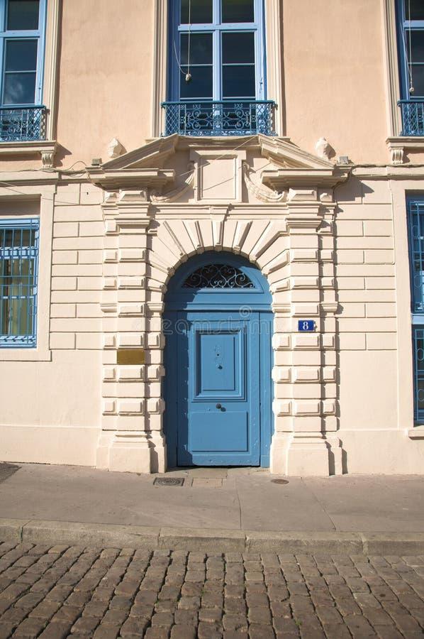 Голубая деревянная дверь стоковые изображения rf
