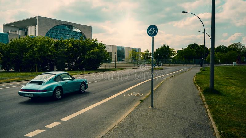 голубая дорога автомобиля стоковая фотография