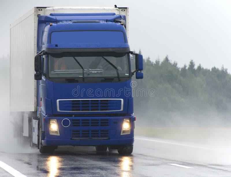 голубая дорога грузовика влажная стоковые изображения rf