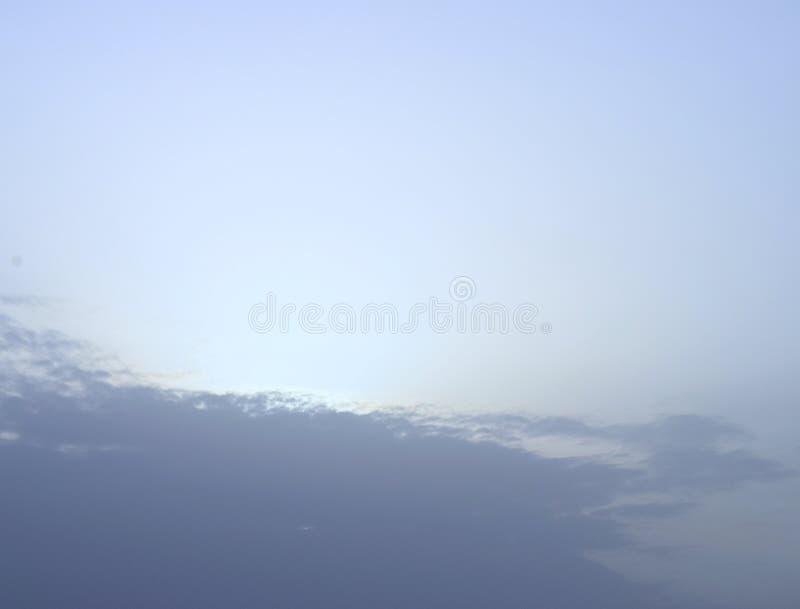 Голубая естественная предпосылка - свет за облаками в небе стоковое фото