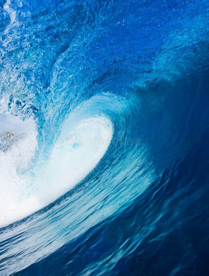 голубая занимаясь серфингом волна стоковое фото rf