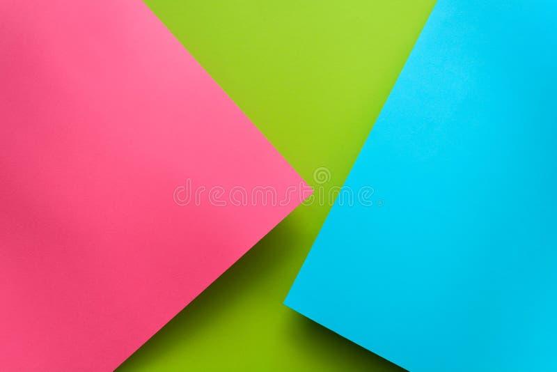 Голубая, зеленая и розовая предпосылка покрашенной бумаги пастели Положение квартиры тома геометрическое Взгляд сверху скопируйте стоковые фотографии rf