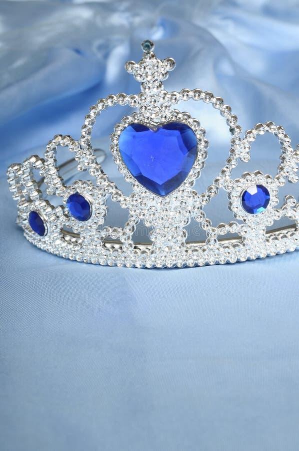 голубая игрушка тиары самоцвета диамантов стоковая фотография