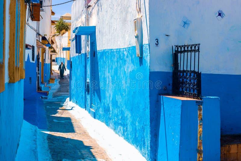 Голубая и белая улица в des Oudaias Kasbah в Рабате Марокко стоковая фотография rf