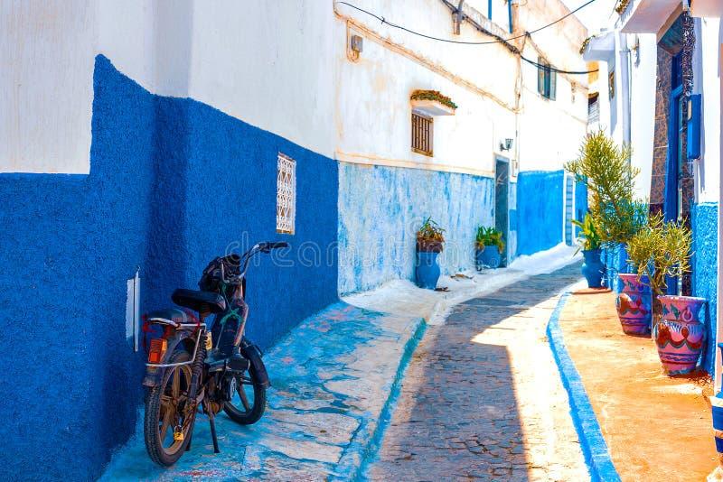 Голубая и белая улица в des Oudaias Kasbah в Рабате Марокко стоковые изображения