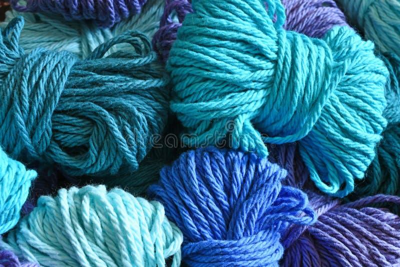 Голубая и пурпурная пряжа закрывает вверх стоковые изображения